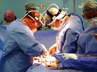 US_Navy_030223-N-8119R-001_Doctors_perform_surgery