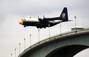US_Navy_050525-N-0295M-002_The_U.S._Marine_Corps_C-130_Hercules,_Fat_Albert,_assigned_to_the_U.S._Navy_Blue_Angels_flight_demonstration_team,_flies_low_over_the_Naval_Academy_Bridge